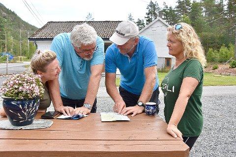 Ellen Margarete og Svend Kjetil (til høgre) hadde besøk av Antoinette Melgers og Willem Buiter i sommar. Dei trur på stadig auke i besøket også neste sesong som blir parets tredje som turistvertar for Songesand Camp. (Arkivfoto: Roar Larsen)