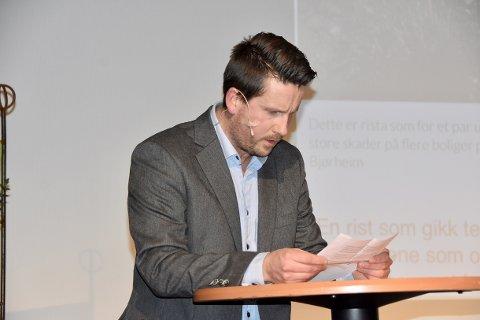 Er Jørpeland en by eller er det en 20 år gammel aprilspøk, spør Strand revylag. Her ved Bengt Lendengen i Torghuset under ordførerens nyttårsmottakelse. 21. mars er de klar med revyen «Strand revylag ser lys i tunnelen»