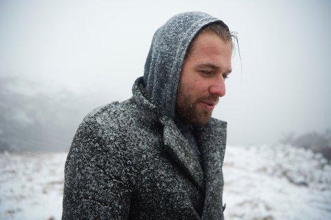 Artisten Jon Ives har opplevd mykje vêr i løpet av nokre dagar med filming i Lyngsheia.