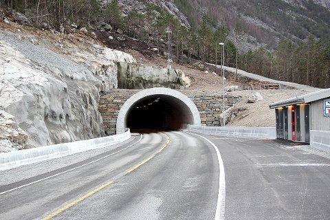 Dette kan bli inngangen til ein lang tunnel til Årdal. Statens vegvesen avviser ikkje at det kan bli innført bompengar i Årdalstunnelen om folk ønskjer det. (Arkivfoto)