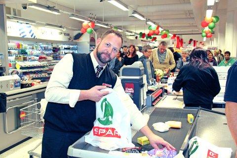 Butikksjef Kai Henning Haug fikk en travel dag da Spar åpnet dørene på torsdag.