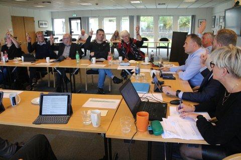 OMFATTANDE RØYSTING: Kommunestyret i Forsand hadde møte i seks timar onsdag. Her frå røystinga under saka om ekstra-millionane.