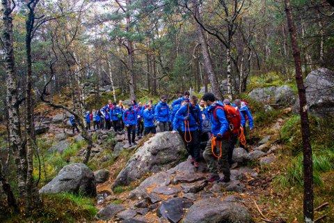 STOR GJENG: En stor gjeng av frivillige, familie og venner sørget for at Bjørn Brennskag fikk oppleve Preikestolen.