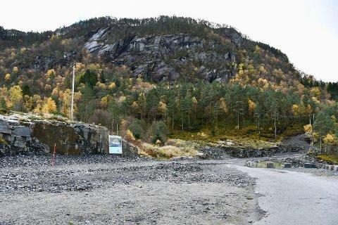 FORVIKLINGAR: Her, til høgre for skjeringa etter det vekkskotne Veaberget ved Svinhagen like ovanfor Askevika på Randøy, skal Valvik hyttefelt byggast ut. Men kva skal vegen gjennom feltet kallast?