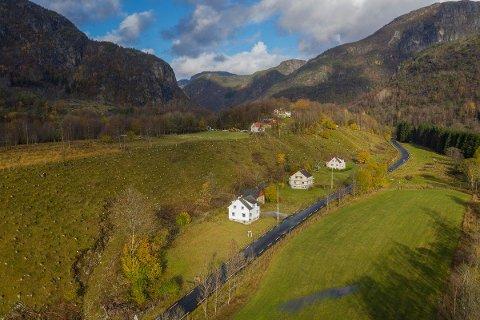 BILLEGAST: Einebustaden (nærast) i Jøsenfjorden kostar 990.000 kroner og med på prisen får kjøparen også ei løe og 1,8 mål stor tomt.