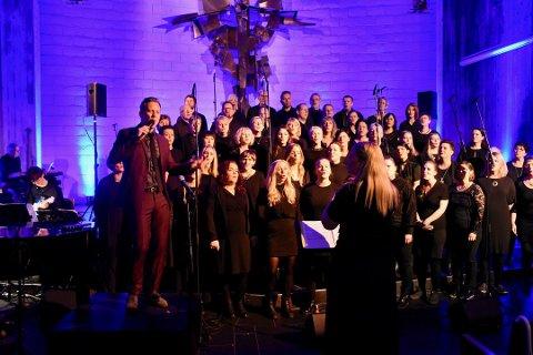 KORKONSERT: Kornelius-medlemmene må denne gangen stå to meter fra hverandre når de synger. Her fra fjorårets julekonsert i Jørpeland kirke, der Heine Totland var gjesteartist.