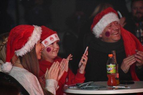 JULESTEMNING: Det var ein del i publikum som hadde pynta seg litt ekstra for å skapa julestemning.