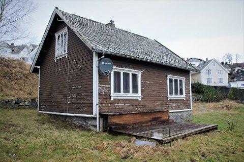 SKAL BORT: Dette gamle bolighuset i Jørpelandsvågen skal fjernes. Men kan kjøpes «på rot». Foto: Stine Serigstad