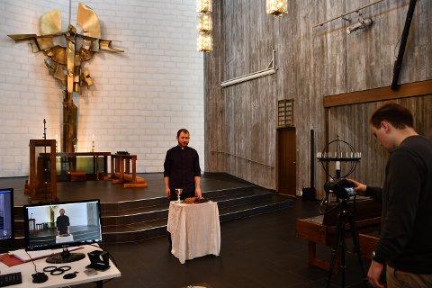 PÅSKEGUDSTENESTE: Magnar Hole Polden er i gang med å filma ungdomsdiakon Michael Skappel Zülow som står for dei digitale gudstenestene på langfredag og 1. påskedag.
