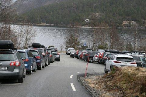 FERDIG REGULERT: Det har i det siste vært trangt om plassen på parkeringsplassene ved lokale turområder. Utvidelse av parkeringsplassen ved Liarvatnet er allerede ferdig regulert. Arkivfoto