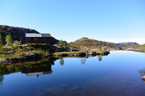 IDYLL: Fjellhytta ligg idyllisk til ved Sundmorkvatnet i Lyngsheia.