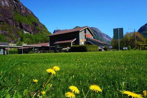 LYSEBOTN: Lysefjorden Turisthytte ligg 50 meter frå kaien i Lysebotn og er nå nyoppussa og klar for sommarens gjestar.
