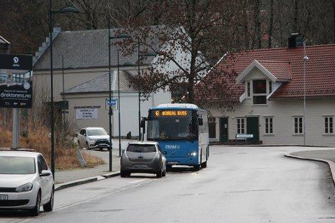 STJELER PARKERINGSPLASS: Oppmerkingen og skilting av bussholdeplassen gjør at biler ikke parkerer langs veien.