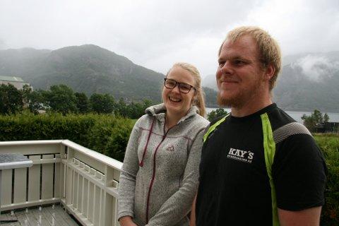 TRIVST: Martha Barkved og Stig Kevin Maudal Håvardsen trivst veldig godt på Helle og saknar ikkje å bu i eit tett bustadfelt på Jørpeland.