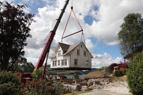 TUNGT LØFT: Her blir huset løfta frå grunnmuren i Hetlandsbygda.