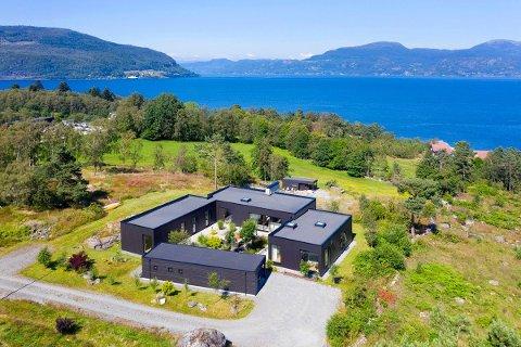 UTSIKTSPLASS: Huset ved Kobbasteinen er bygd som eit tun, og har utsikt mot Jøsneset, Jøsenfjorden og Hjelmelandsvågen.