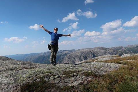 PÅ TOPPEN: Pete Whittaker på toppen av Kjerag etter å ha klatra opp fjellveggen på måndag.