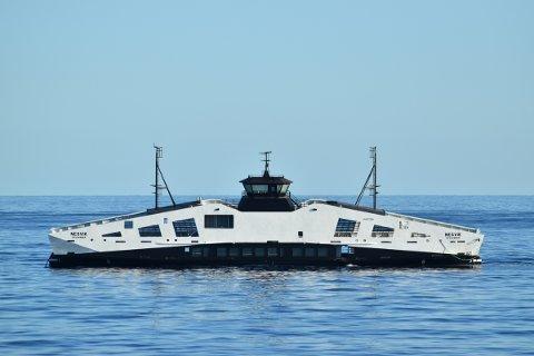 PÅ HEIMVEG: Dette bildet blei teke då slepebåten Dian Kingdom slepte MF «Nesvik» gjennom Gibraltarstredet på veg frå verftet i Tyrkia tidlegare i september. Denne veka har ho gått prøveturar for eigen maskin i Ølensfjorden.