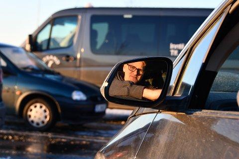 – TURISTAR MÅ VENTA I BILEN: Ole Tom Guse fryktar at det at turistane ikkje får tydeleg nok informasjon om at Høgsfjordferja ikkje går på kveldstid gjer at dei får eit dårleg inntrykk av regionen.