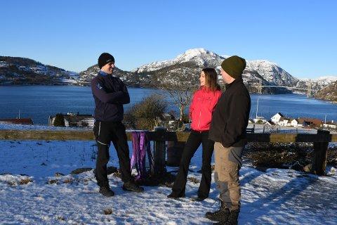 FJORDUTSIKT: Frå Gøysa Gard er det ei storslagen utsikt mot Lysefjorden. Frå venstre Tor Anders Berge, Katrin Persche og Pål Maudal.