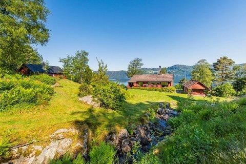 INNHALDSRIK: Eigedommen på Randøy er på heile seks mål, og har både bustadhus, garasje og eldhus.