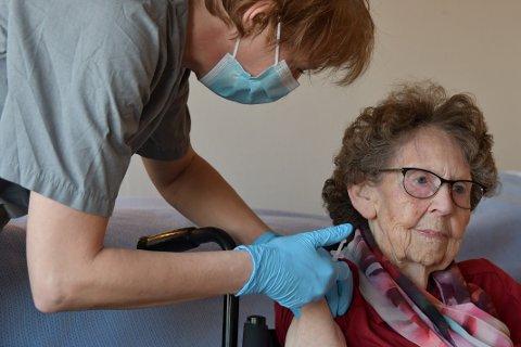 FEKK VAKSINE: Ingeborg Hovtun var først ut til å få vaksinen av Siri Twijnstra på Jonsokberget i dag.