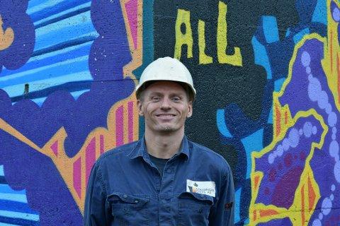 STÅLVERKET: Øystein Bjor synest det er kjekt at han får lov til å boltra seg med sprayboksane på nokre av bygningane inne på stålverksområdet.