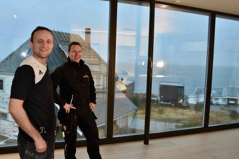 UTSIKT: Fra det nye huset i Gullbekkstraen vil Andrea Sande og Jone Heggheim ha flott utsikt ut over sjøen. Her er Jone i prat med varmepumpemontør Asle Voster fra Power.