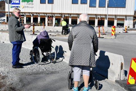 VANSKELEG: I samband med vegarbeidet rundt rundkjøringa på Tau har det vore vanskeleg for dei eldre ved Tautunet å koma seg fram. Her er Merete Vassøy på tur med bebuarane Karin Tveit og Gunvor Vervik.