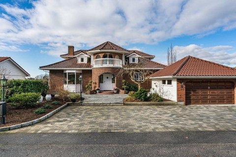 SOLGT: Det har vært stor interesse for denne herskapelige villaen på Stangeland. Tirsdag ble den solgt etter første visning.