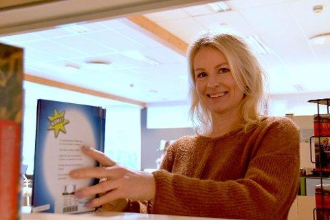 OGSÅ PÅ KVELDANE: Det er ikkje berre på dagane du kan låna bøker på biblioteket. Anita Bergøy vil også ha lånekundar på kveldstid.