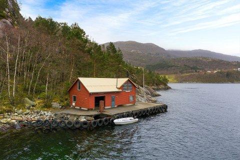 MÅ SØKJA FRITAK: Dei som kjøper den tidlegare røktarbustaden ved Årdalsfjorden, må søkja Strand kommune om fritak til å nytta eigedommen til til anna føremål enn det den blei bygd som.