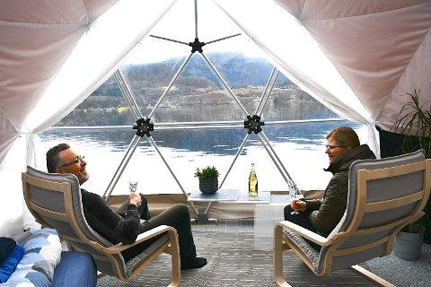 MEIR REISELIV: Sissel og Reidar Helgesen tok imot dei første gjestene i glampingteltet sitt i påskeferien. Nå vil dei regulera 13,6 dekar av garden til reiseliv.