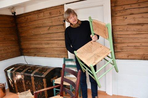 SAMLAR: Nils Viga Hausken har si eiga samling av jærstolar. Nå vil han gjerne låna andre sine stolar til ei utstilling på Spinneriet i sommar. Denne grøne stolen med fletta rygg er laga på Slåke Møbelfabrikk på 1950-talet.