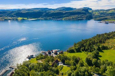 VED FJORDEN: Mange er nysgjerrige på eigedommen som ligg på tuppen av Randøy med utsikt over Ølesund og Hjelmelandsfjorden.
