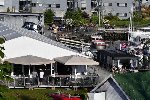 GOD SCORE: Sommerteltet og Senze Lounge bar, som har uteservering i Jørpelandsvågen i sommer, har fått tommel opp av smittevernskontrollen.