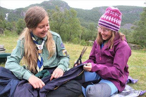 REDESIGN: Johanna Melberg og Mia Idsø Paulsen trodde først jakken bare skulle brettes til å bli en veske, men oppgaven viste seg å være mer komplisert enn som så.