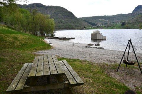 OMSTRIDT SMÅBÅTHAMN: Det er planar om småbåthamn i Riskedalsvatnet, vel 100 meter bak badebrygga øvst i bildet. Planane møter skepsis. Foto: Magnar Riveland