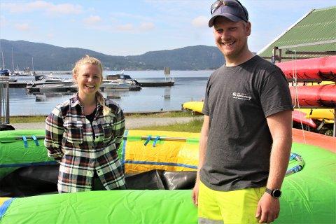 FORNØYD: Sentrumsleder Elin Aasheim Rossemyr og Kenneth Kolnes i Strand kommune tror vanntrampolinen blir et bra tilskudd til Jørpelandsvågen.