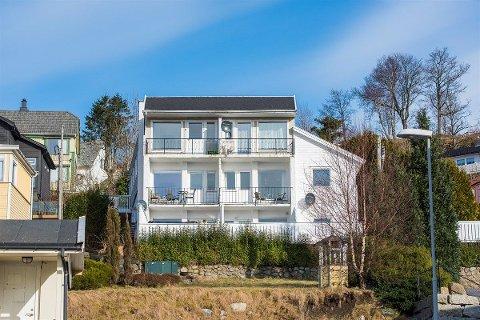 BILLEGAST: I det tidlegare hotellbygget på Jørpeland kan du kjøpa det rimelegaste husvêret i Strand og Hjelmeland akkurat nå.