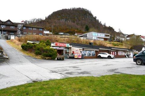 FLYTTEPLANAR: Munthe Dagligvare AS ønskjer å flytta Spar-butikken i Hjelmelandsvågen til nye butikklokale på Puntsnes. Planane møter motstand.