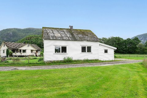 UNDER MILLIONEN: Huset i Jøsenfjorden ligg godt plassert for friluftsliv på sjøen eller på fjellet, utan at prisen er avskrekkande.