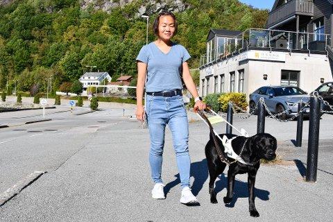 FØRARHUND: Når Eline Øidvin går med førarhunden Tira i sele er hunden på jobb og skal ikkje forstyrrast, men Øidvin vil svært gjerne at folk seier hei og snakkar med ho som vanleg.