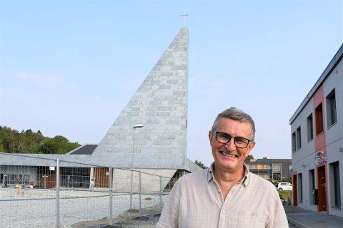 ØNSKJER FOLKET VELKOMEN: Sokneprest Martin Ivar Arnesen gler seg til å fylla den nye kyrkja med folk.
