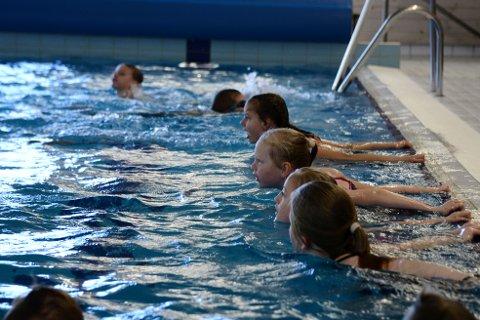 SPARK FRA: Her skal 4.-klassingene sparke fra alt i kan fra bassengveggen. Det er ingen tvil om de 16 elevene fra Kvam hadde en topp opplevelse i bassenget i Follafoss.