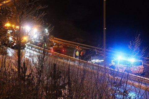 En bil kolliderte med en lastebil som sto parkert på E6 i forbindelse med veiarbeid. Det ble kun materielle skader i ulykken.