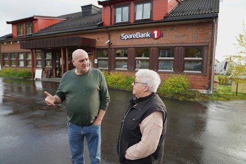 FORBANNET: Da Knut Ralfsen og Karin Talmo i Malm pensjonistlag fikk melding om at Sparebank 1 SMN skulle legge ned kontoret i Malm, ble de forbannet. Nå er de enda mer fortvilet over at også minibanken blir borte.