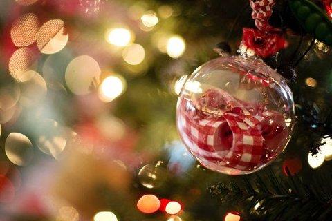 FARLIG: Det kan være brannfarlig å la julelysene stå på om natta.