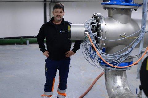 VANN: Roger Røberg er driftstekniker i Steinkjer kommune. Han er en av dem som sørger for at vi får rent vann ut av springen hver dag. Her står han inne i vannverket på Reinsvann. Inni rørene her blir vannet UV- strålet - en av mange prosesser drikkevannet må gjennom.