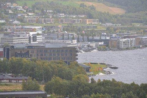 Mandag ettermiddag var det veldig høy vannstand i Steinkjer. I forkant ser man Helse- og beredskapshuset på Nordsileiret.